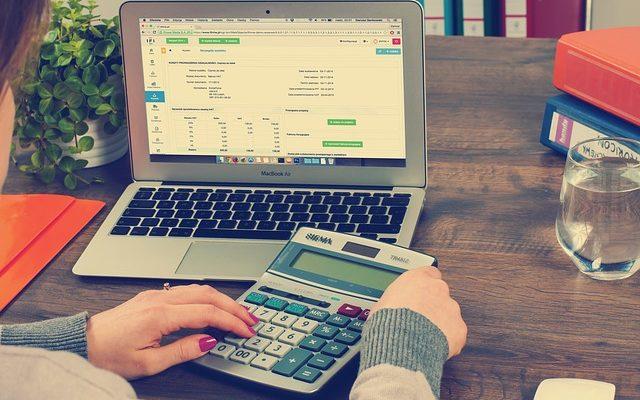 Księgowość dla firmy - taniej w banku czy w biurze rachunkowym?