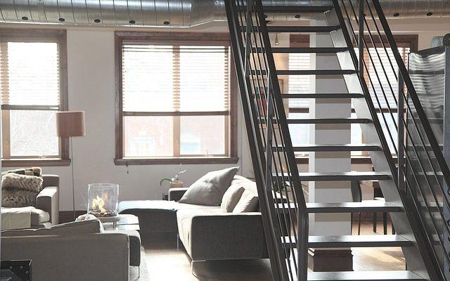 Balustrady wewnętrzne - szklane, drewniane, metalowe. Które wybrać?